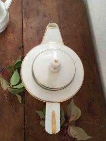 Cafetière blanche et dorée style art déco .