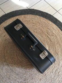 Valise noire des années 70.