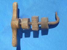 ancienne pièce bois et metal ,  de pressoir