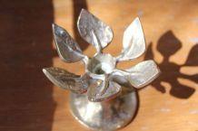 Bougeoir en bronze en forme de fleur