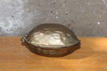 Casse noix en laiton vintage en forme de noix