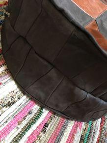Pouf boheme en cuir et nubuk à losanges marrons bicolores .