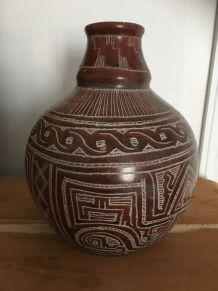 Vase en terre cuite aux motifs ethniques et graphiques