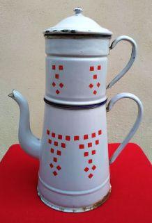 Grande cafetière émaillée blanche à damiers rouge (Années 20