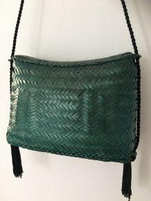 Sac pochette verte en bambou tressé cordon noire