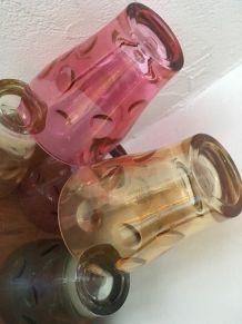 Cinq verres vintage en couleur .