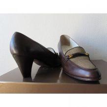 Jolie paire d'escarpins à petits talons couleur chocolat