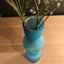 Joli vase bleu en verre bicolore