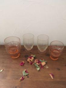 Ensemble six verres rosés dépareillés vintage.
