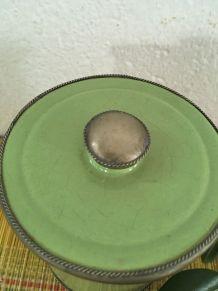 Pot vert clair en terre ourlé de fer argenté .