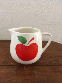 Pichet vintage au décor de pomme.