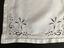 Anciennes petites serviettes brodées en métis blanc