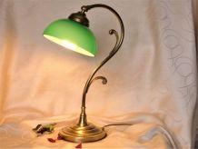 Lampe art déco métal laitonnée et abat-jour opaline vert.