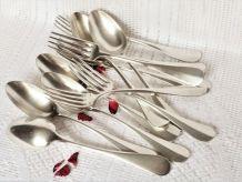 Cuillères et fourchettes vintage en métal argenté.