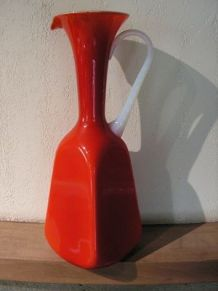 Vase , carafon en opaline rouge