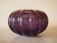 Vase violet arrondi en verre