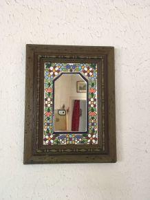 Petit miroir en bois  orné de fleurs en relief.