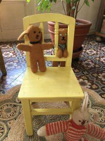 Chaise ancienne en bois pour enfant .
