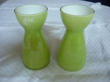2 petits vases diabolo en verre vert