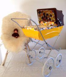 Landau de poupée vintage 70's jaune/orange à fleurs