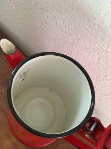 Cafetière émaillée rouge.