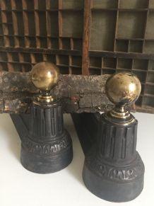 Paire de chenets néoclassiques avec boule en laiton