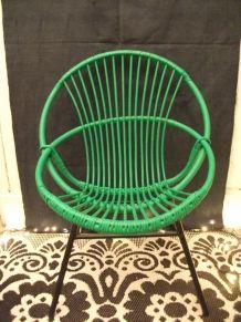 Fauteuil en rotin peint en vert gazon