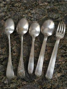 3 cuillères à soupe et 1 ensemble couvert en métal argenté