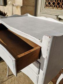 Meuble chevet à trois tiroirs, patine blanche