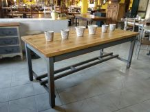 Table en pin massif avec pieds de style vintage.
