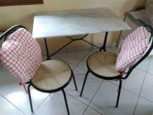 table bistro marbre avec 2 chaises canelés