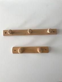 Lot de deux patères en bois brut