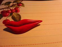 Broche lèvres rouges style 80's