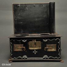 jouet cuisinière ancienne du XIXème siècle.
