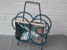 porte magazines relooké en fer forgé torsadé bleu, années 60