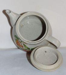 Petite tisanière ou théière vintage en grès à motifs de ceri