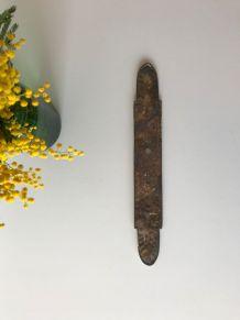 Ornement ancien de porte décor de serrure