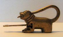Curiosité cadenas en laiton en forme de chien vintage