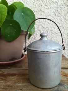 Petit pot ancien alu