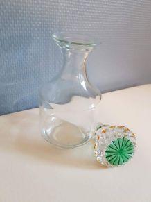 flacon vintage en verre avec bouchon ciselé coloré