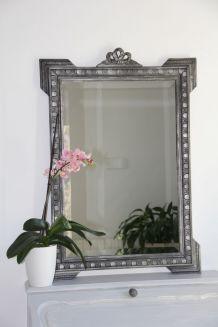 Miroir ancien en bois sculpté, patiné noir et argent