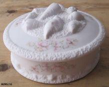 Belle bonbonnière en biscuit de porcelaine de Limoges