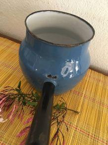 Pot à queue émaillé en bleu.