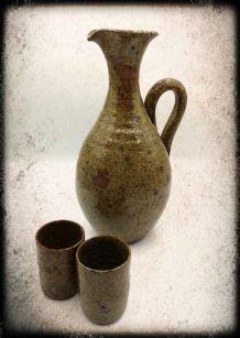 Carafe en grès pyrité et ses deux vrres