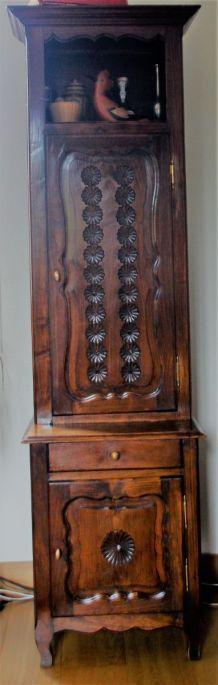 Meuble en chêne sculpté décoratif, pratique, peu encombrant