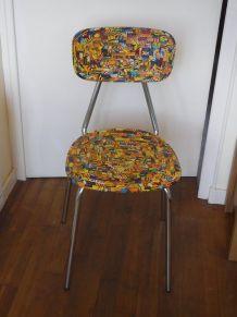 Chaise en bois et tubes chromés.