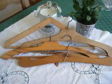 Anciens porte-manteaux en bois formes diverses