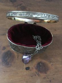 Boite à bijoux ovale en métal argenté.