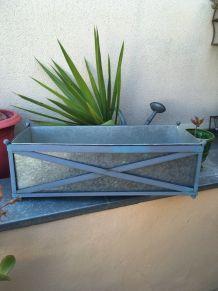 Grande jardinière en zinc avec support en métal assorti.