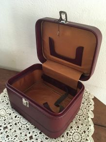 Vanity vintage en cuir bordeaux.